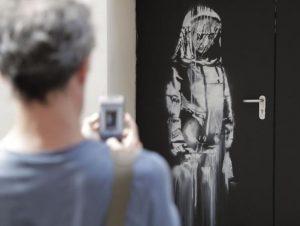 Pintura de Banksy em homenagem a vítimas de terrorismo em Paris é roubada