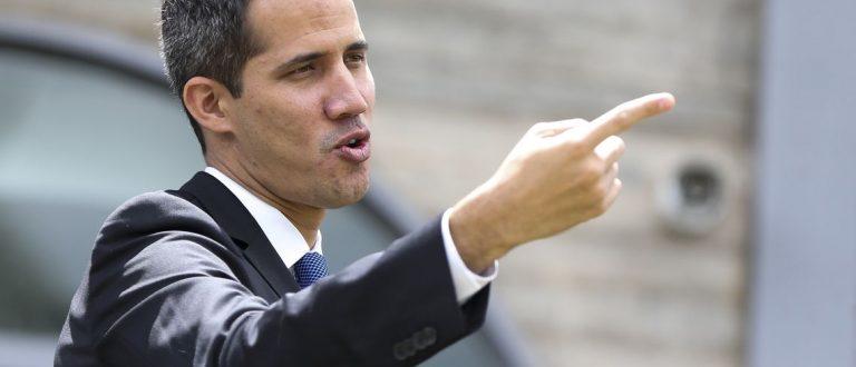 Autoproclamado presidente da Venezuela conversa com diplomatas