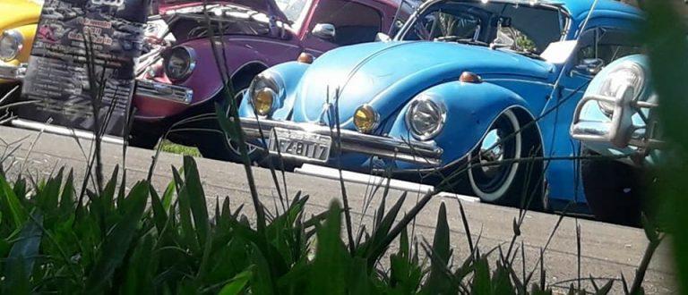Domingo de Fuscas e carros antigos no Parque da Romaria