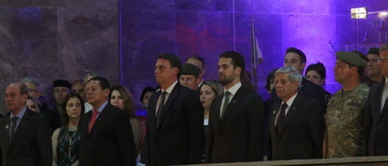 Bolsonaro em Santa Maria: sai do carro, agradece apoio e é ovacionado