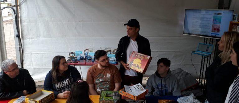 Feira do Livro: gerente da Fan 96.5 FM apresenta o mundo dos jogos de tabuleiro