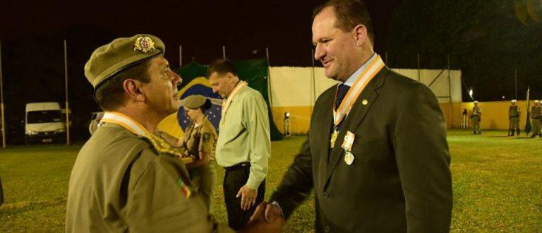 Presidente da Sicredi Centro Leste recebe reconhecimento da Brigada Militar