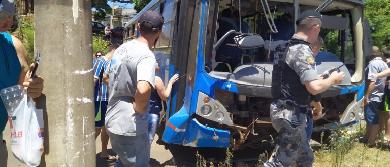 Ônibus cai em barranco e fica atravessado na Marcelo Gama