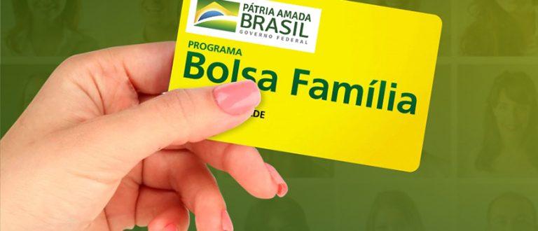 Bolsonaro anuncia que Bolsa Família pode chegar a R$ 300