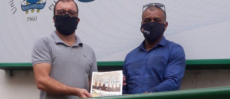 UERGS: Igor entrega revista especial dos 200 anos de Cachoeira