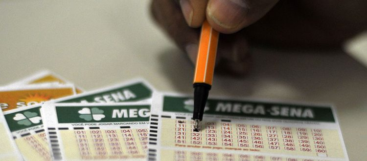 Mega-Sena acumula e pode pagar R$ 65 milhões na quarta-feira