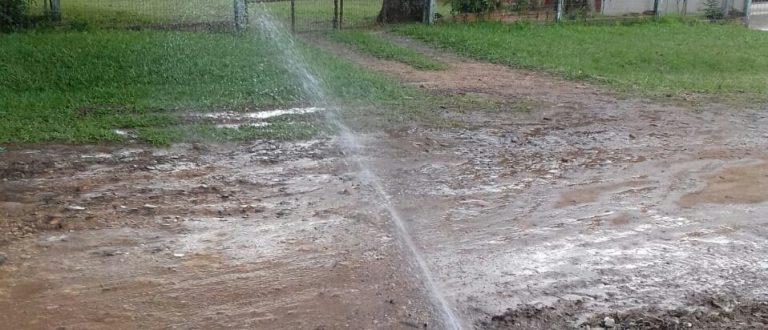Água potável há uma semana alaga rua do Bairro Otaviano