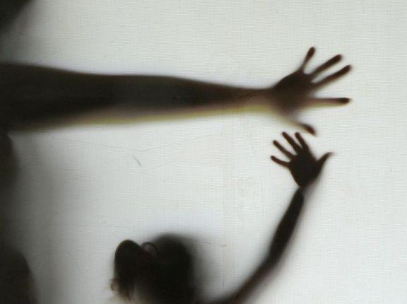 Mãe negociava filha de 12 anos em programas sexuais