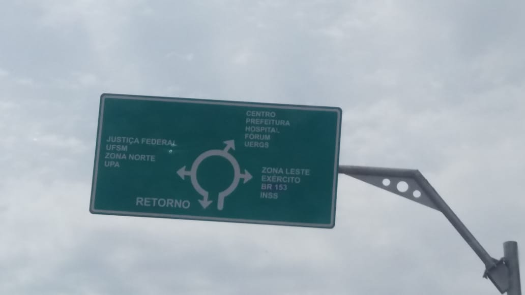 Letras pequenas de placas na rotatória das Cinco Esquinas chamaram a atenção / Foto: Divulgação