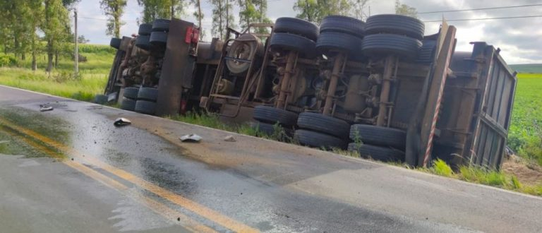 Caminhão tomba em Restinga Sêca