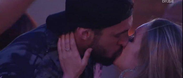 BBB 21: Carla Diaz e Arthur se beijam
