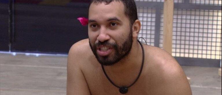 Gilberto iria para debaixo do edredom com Lucas no BBB 21