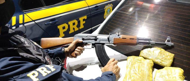 VÍDEO: PRF prende trio com réplica de fuzil e droga na 290