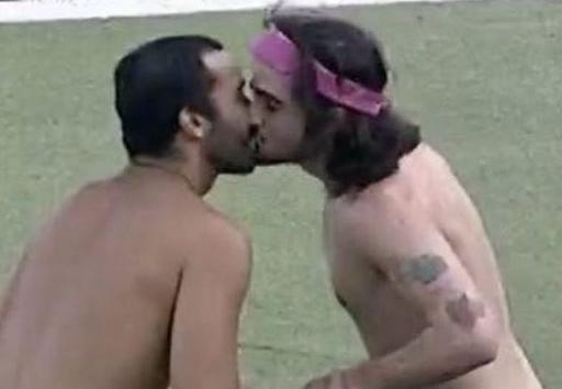 Fiuk e Gil: beijos e sem roupas