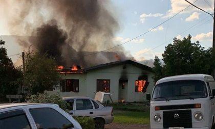 Cerro Branco: incêndio destrói casa paroquial