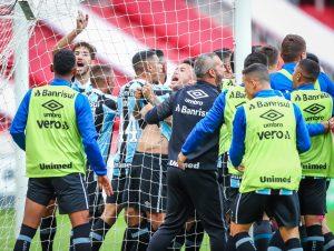 Grêmio larga em vantagem com virada no clássico