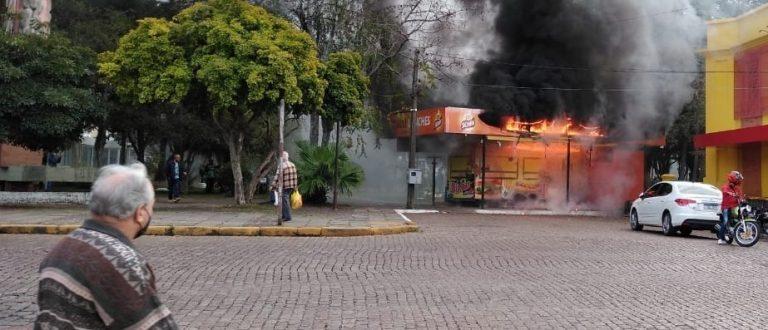 Trailer de lanches pega fogo na Praça Honorato