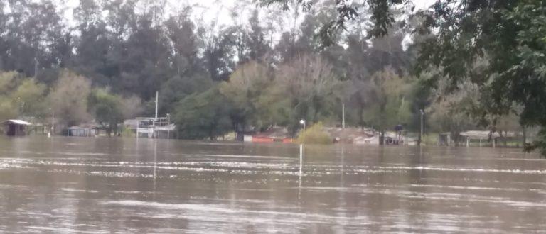Rio Jacuí sobe e alaga região da Praia Nova