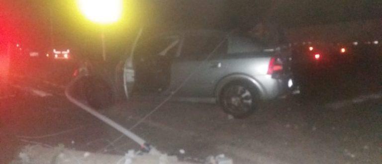 Carro bate e derruba poste na Avenida Marcelo Gama