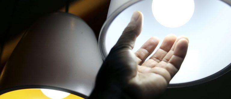 Aneel prorroga proibição de corte de luz para baixa renda