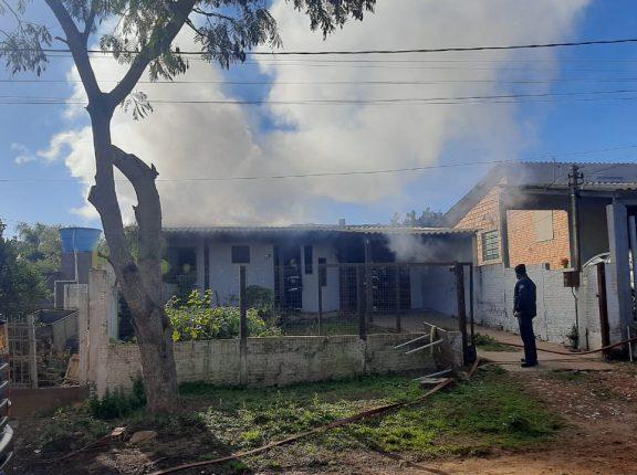Incêndio atinge casa no Bairro Marina