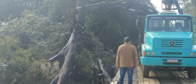Após alerta do OCorreio: Prefeitura realiza limpeza na ponte do Arroio Botucaraí