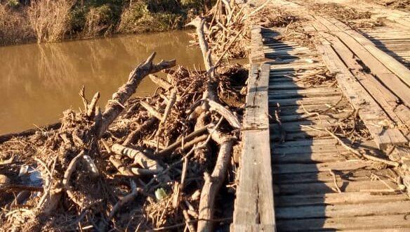 Força da água coloca em perigo a ponte do Botucaraí