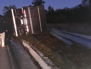 Caminhão tomba na BR-290