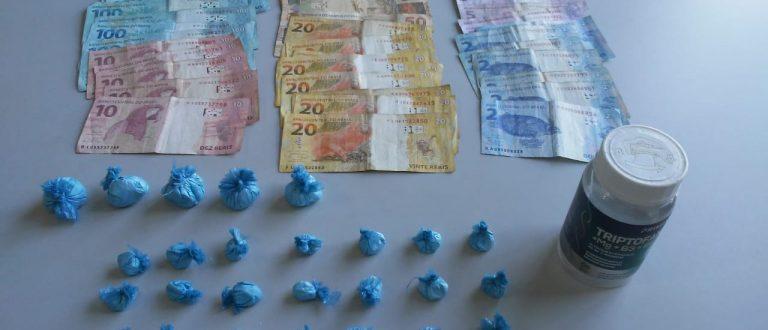 Polícia prende homem com cocaína, celular e R$ 1,1 mil
