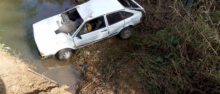 Carro cai de ponte no interior de Agudo
