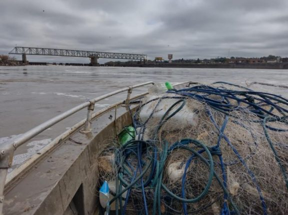 Rio Jacuí: BM apreende cerca de 600 metros de redes de pesca