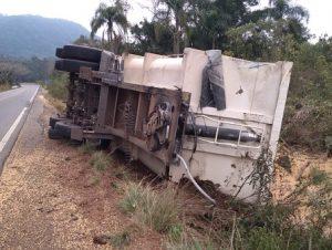 PRE DE CACHOEIRA: bitrem perde reboque após tombar