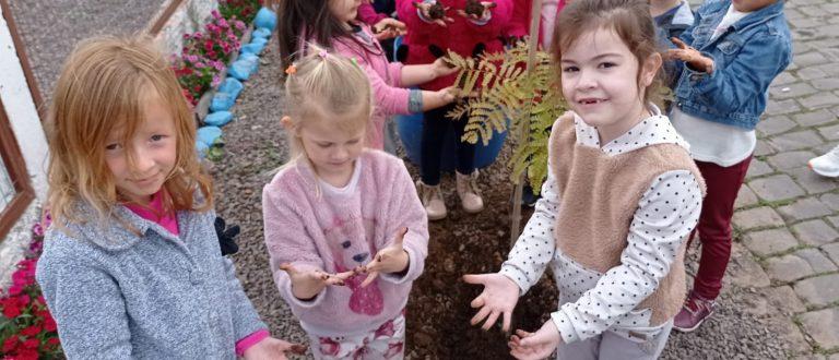 Crianças de Paraíso do Sul celebram chegada da Primavera