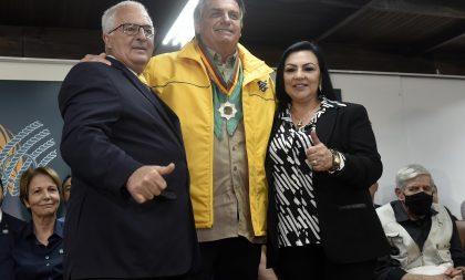 Presidente Jair Bolsonaro recebe a Medalha do Mérito Farroupilha durante visita à 44ª Expointer