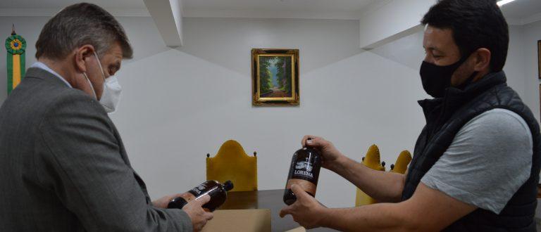 Investimento de R$ 500 mil: prefeito José Otávio recebe empresário de cervejaria