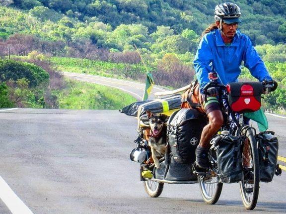Ciclista cachoeirense que pedalou pala América com cachorrinha é entrevistado na Fan