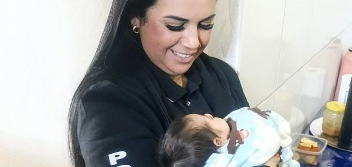 Delegada cachoeirense dá exemplo ao cuidar de filho de presa