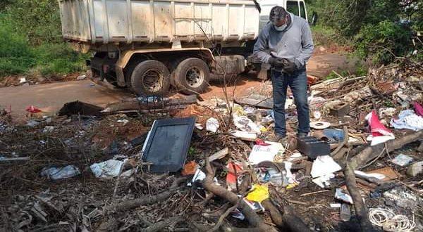 Meio Ambiente limpa lixão do Passo do Moura