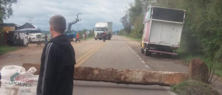 Caminhoneiros mantêm protesto na BR-153 em Cachoeira