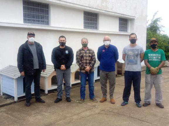 Presídio de Cachoeira do Sul entrega casinhas de cachorros para o Centro de Proteção Animal