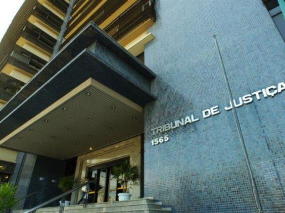 Justiça gaúcha proíbe acesso de pessoas com bermuda, minissaia e chinelos em seus prédios